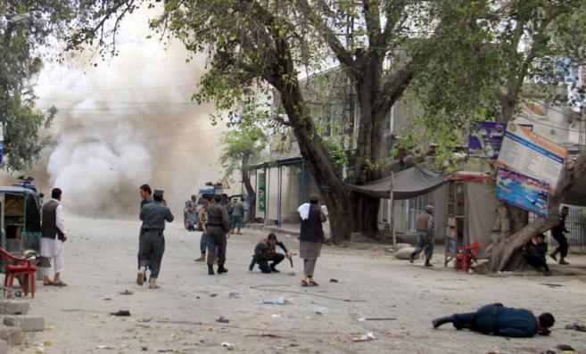 Escena del ataque suicida, en Yalalabad, en el este de Afganistán.