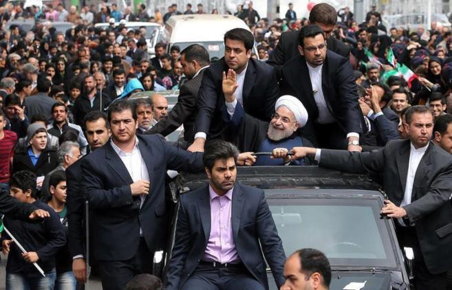 El presidente de Irán saludando a sus simpatizantes en Rasht, Irán.