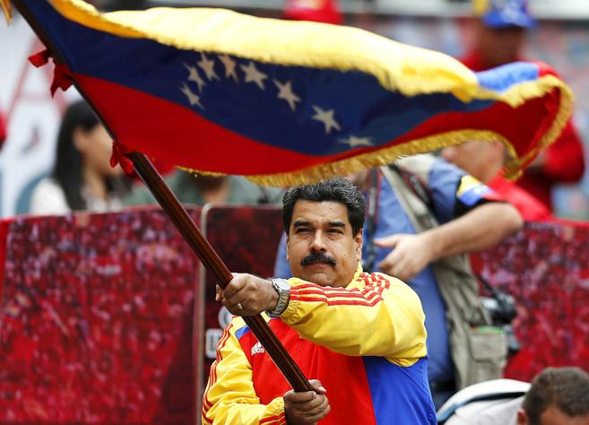 Nicolás Maduro ondea la bandera venezolana a las puertas del palacio...