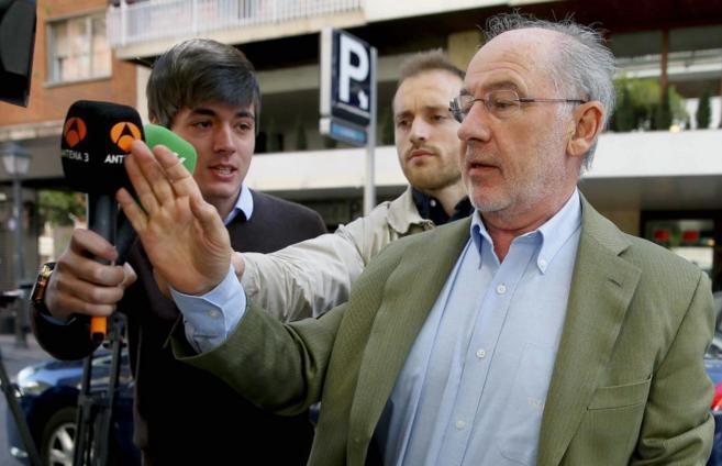 Rodrigo Rato intenta esquivar a la prensa cuando regresa a su...