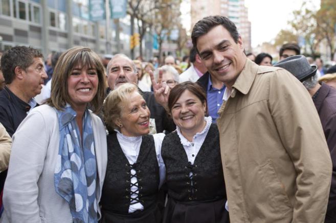 Pedro Sánchez saluda a simpatizantes del PSC junto a la alcaldesa de...