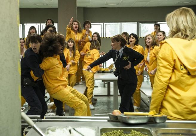 Escena de la serie 'Vis a vis' ambientada en una cárcel de mujeres y...