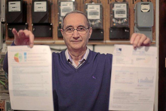 El ingeniero jubilado Antonio Moreno enseña una factura ante los...