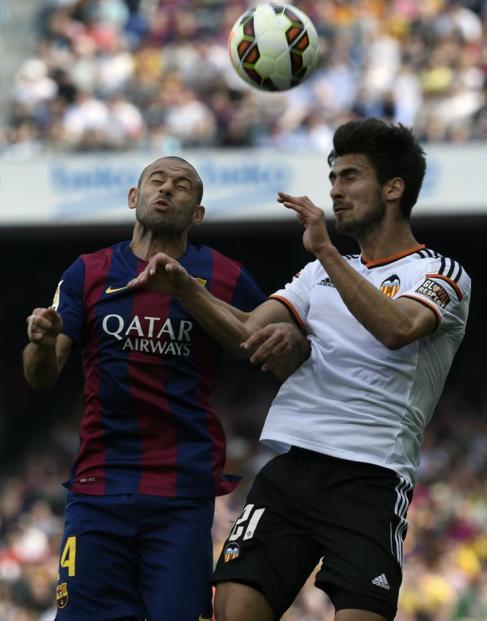 Javier Mascherano pugna un balón con André Gomes.
