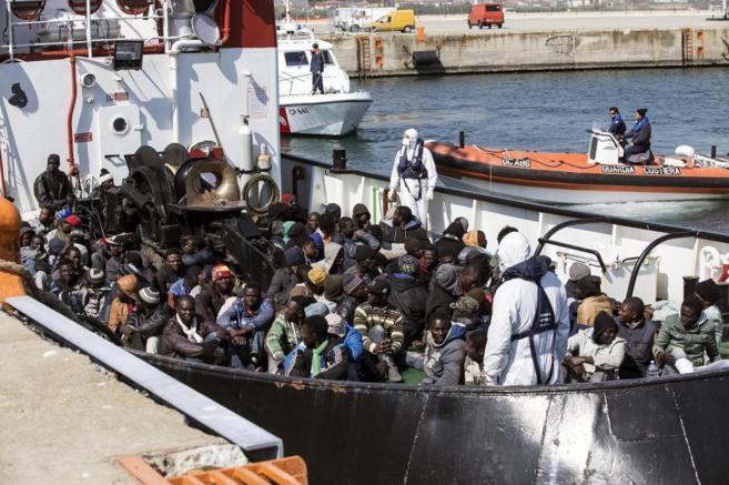 Un grupo de inmigrantes rescatado por la embarcación RBD llega al...
