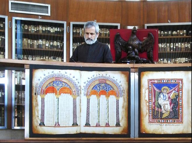 El prior, Elías, en la biblioteca del monasterio. Allí se exponen...