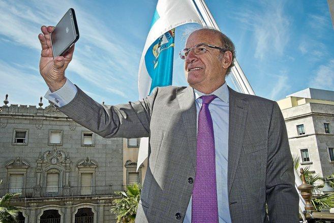 El alcalde de Huelva, Pedro Rodríguez, se hace una foto con su...