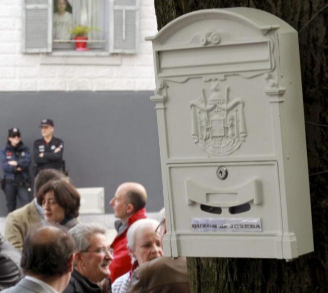 El colectivo de víctimas junto al buzón en recuerdo de Joseba...