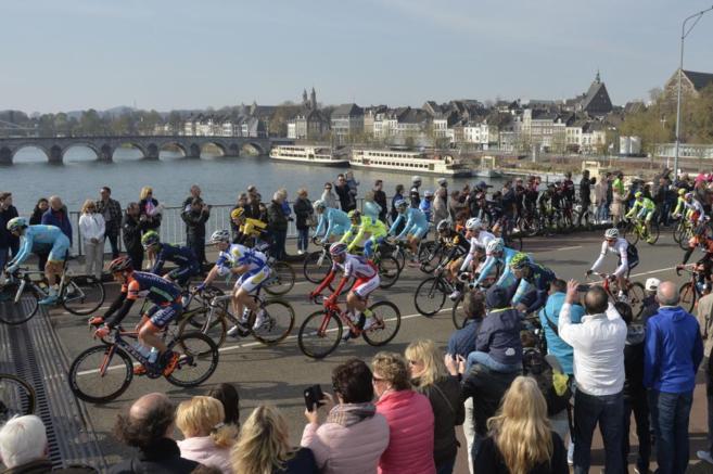 Espectadores animan al pelotón en la salida de la Amstel Gold Race.
