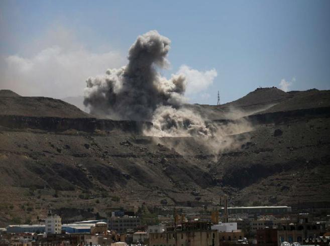 Una columna de humo se eleva sobre un depósito de armas bombardeado...
