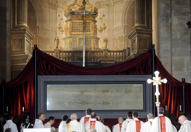 El Santo Sudario, el pasado sábado, durante la misa previa a la...