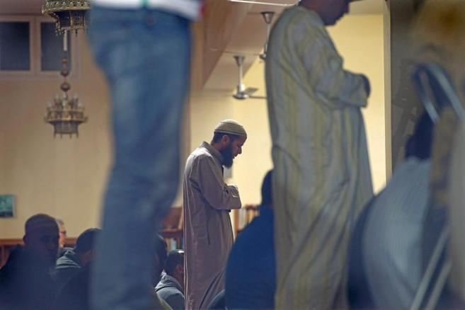 Musulmanes durante el rezo de la oración en la mezquita de Terrassa...