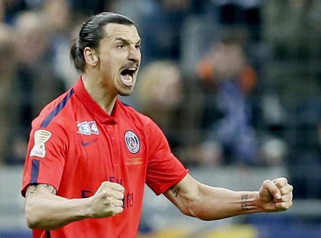 Ibrahimovic celebra un gol en la final de la Copa de la liga francesa.