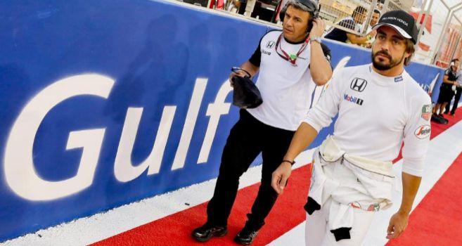 Alonso, poco antes del inicio de la carrera en el circuito de Sakhir.