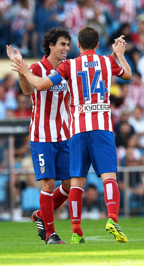 Gabi y Tiago se saludan durante un partido este año.