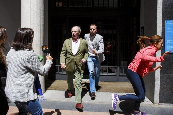 El ex vicepresidente económico Rodrigo Rato sale escoltado de su...