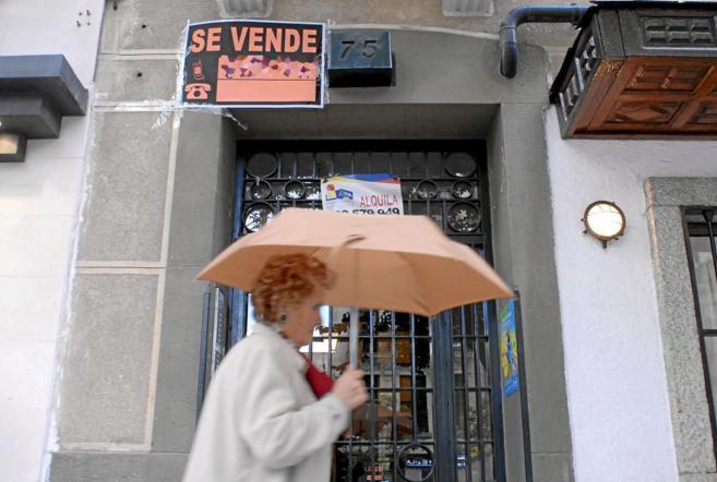 Imagen de archivo de un cartel de 'Se vende' en la entrada a...