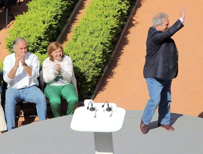 El presidente de la Diputación, Alfonso Rus, saluda en presencia de...