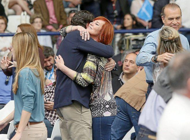 El edil Luis Barcala abraza a Sonia Alegría, que no repite, en el...