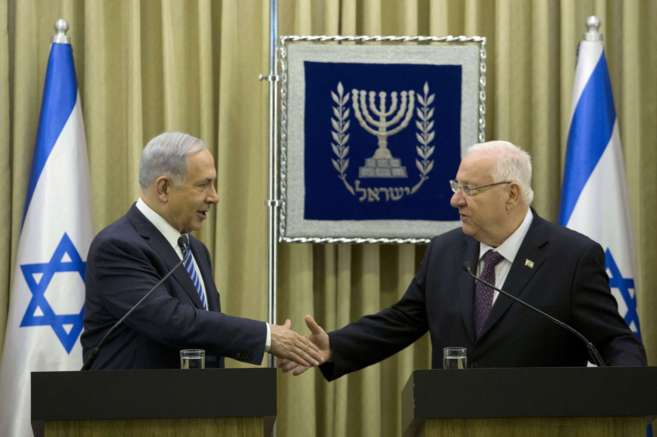 Netanyahu estrecha la mano del presidente Rivlin en una rueda de...