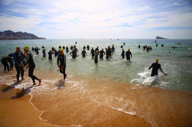 Salida de la prueba de natación desde Benidorm.
