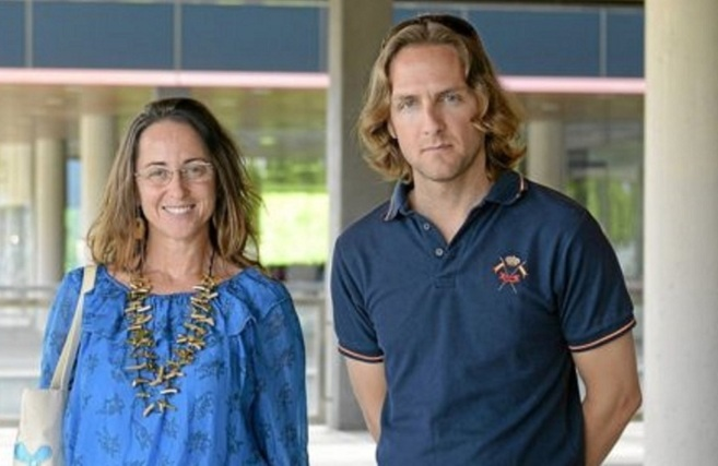 Olga Ballester junto a otro dirigente de 'Plis Educación, por...