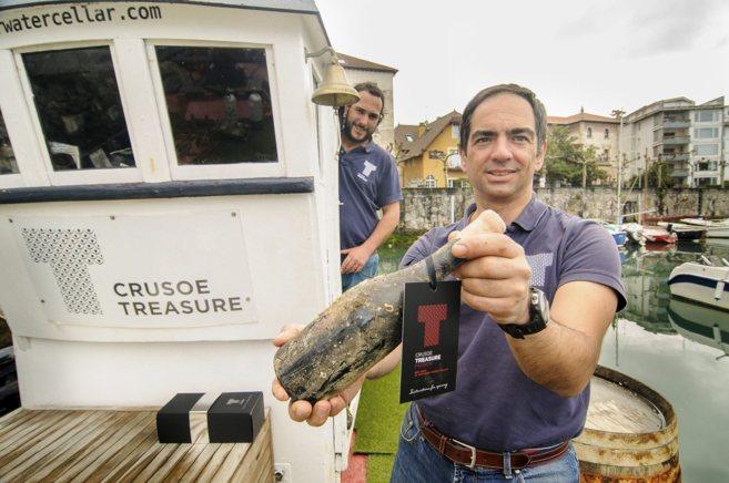 Javi Ortuondo, responsable de Bajo el agua factory, con una botella...