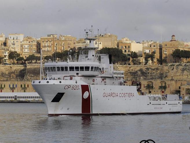 Una embarcación de la Guardia Costera italiana, llegando a La Valeta.