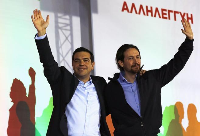 Pablo Iglesias junto a Alexs Tsipras en un acto al que el político...