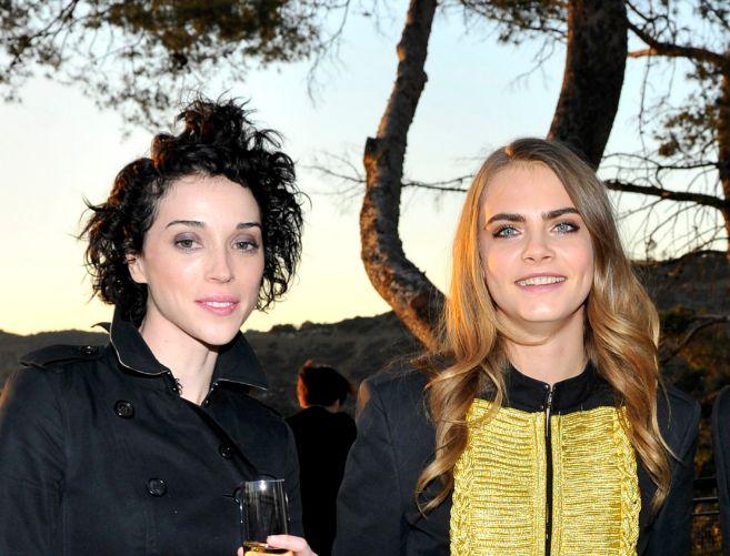 Cara Delevigne  (a la derecha) y su novia, Annie Clark, en la fiesta...