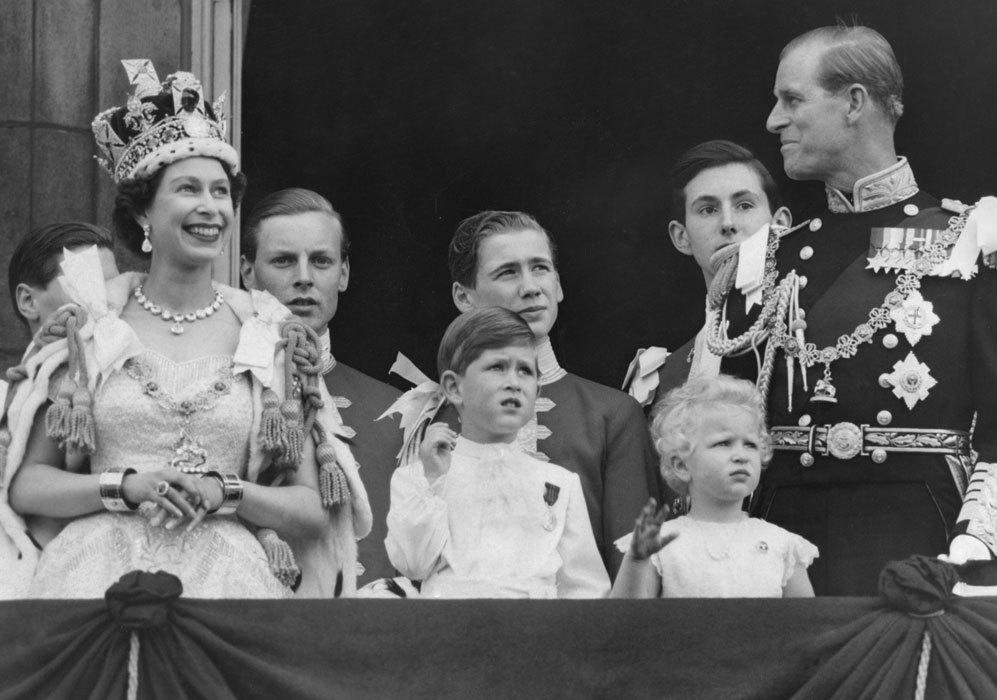 Tras el acto de coronación, la reina Isabel II junto a su marido, el...