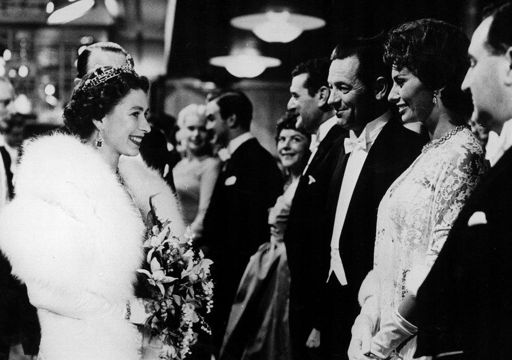 En otro evento, conoció a la actriz italiana Sophia Loren en 1957.