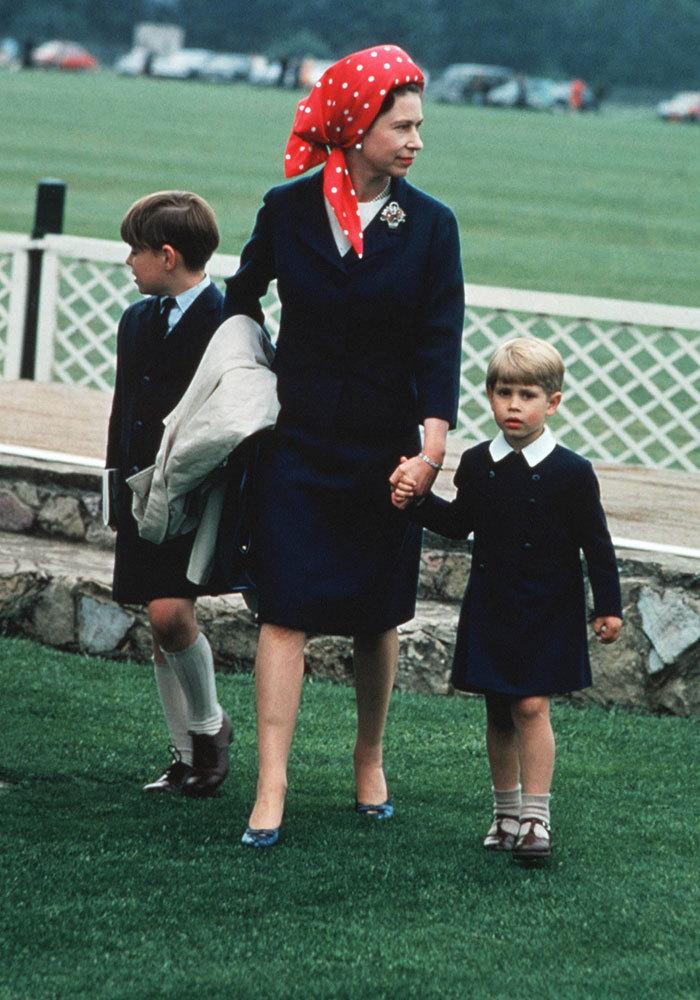 La reina Isabel lleva a sus dos hijos de la mano, Andrés y Eduardo,...