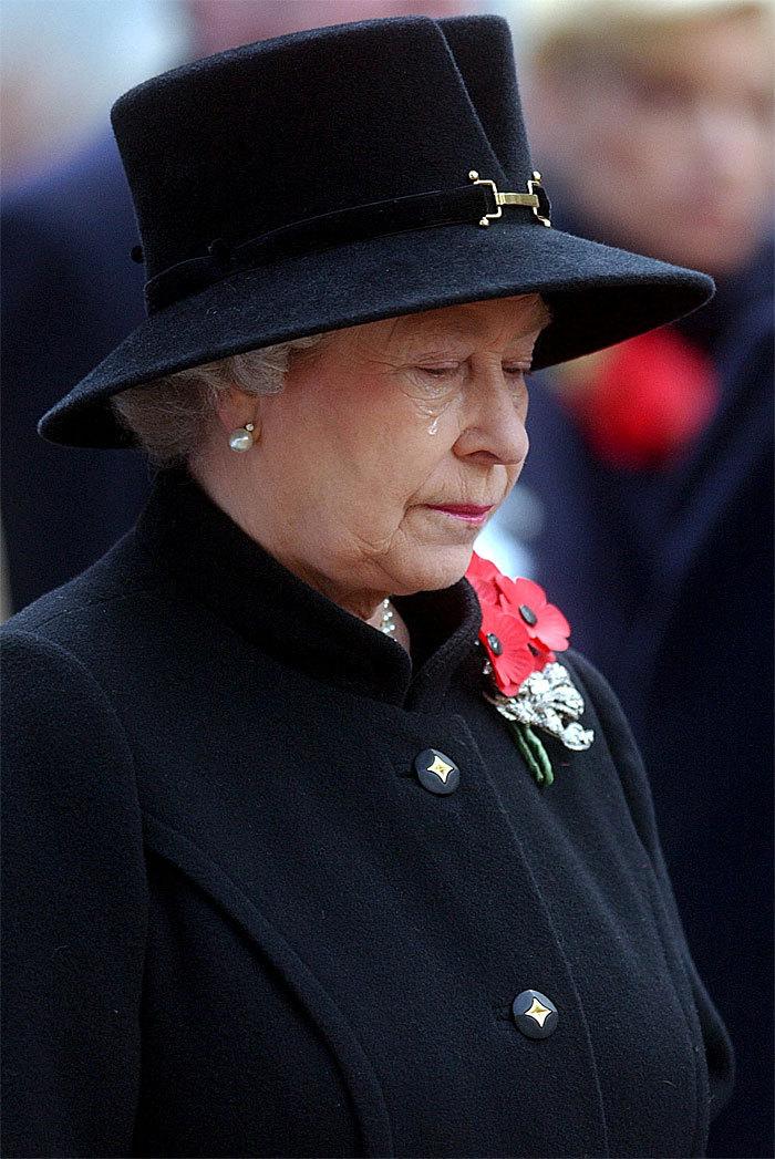 Poco después, tal vez influida por la muerte de su madre, la soberana...