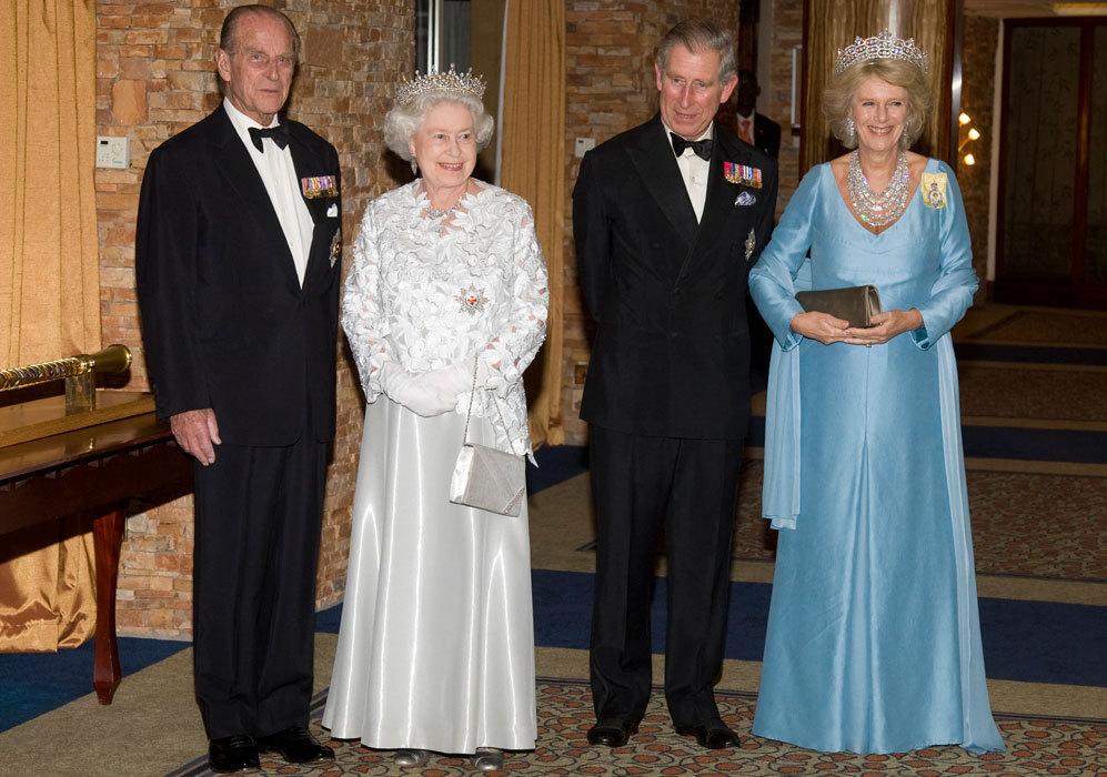 A finales de ese año, Isabel II hizo una visita oficial a Uganda...