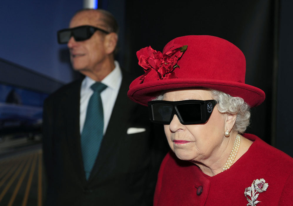 Durante una de sus visitas a la Universidad de Sheffield, la reina y...