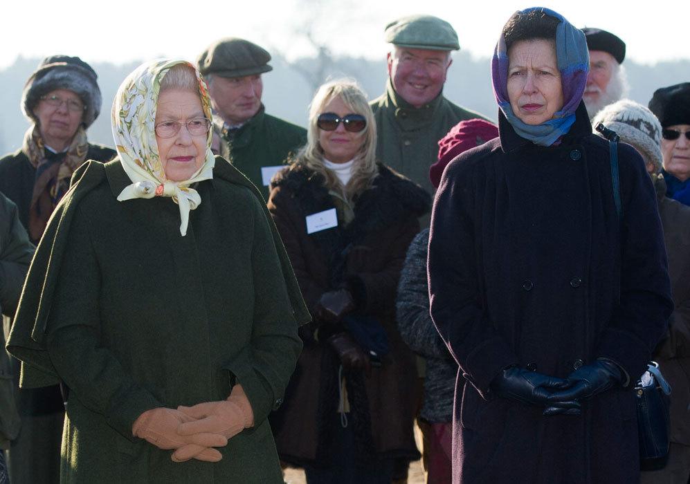 Su hija, la princesa Ana (derecha), acompaña a la reina de Inglaterra...