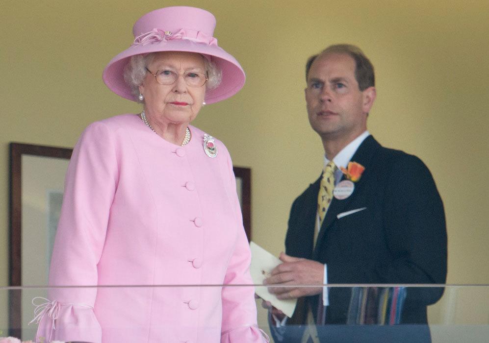 En junio de 2012, coincidió con su hijo, el príncipe Eduardo, en las...