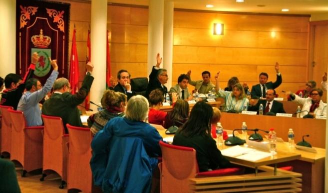 Los asistentes votan durante el Pleno extraordinario convocado en...