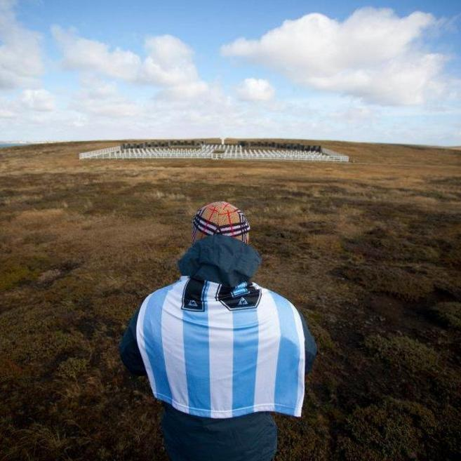 Un familiar de uno de los enterrados allí contempla el cementerio de...
