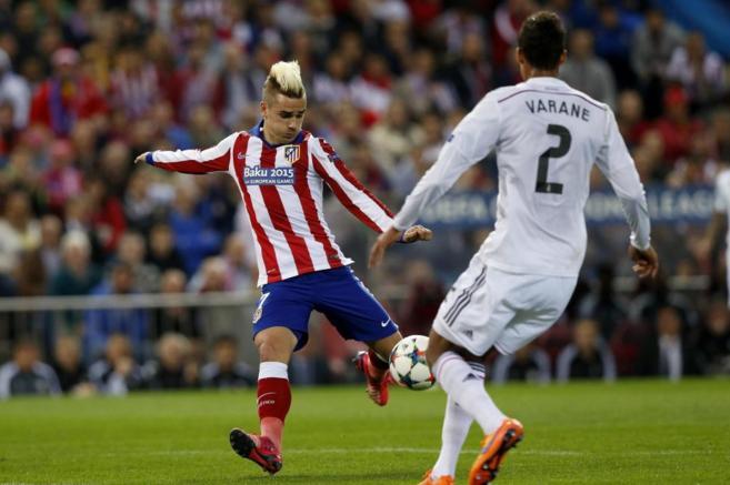 Griezmann encara a Varane en la ida del Calderón.