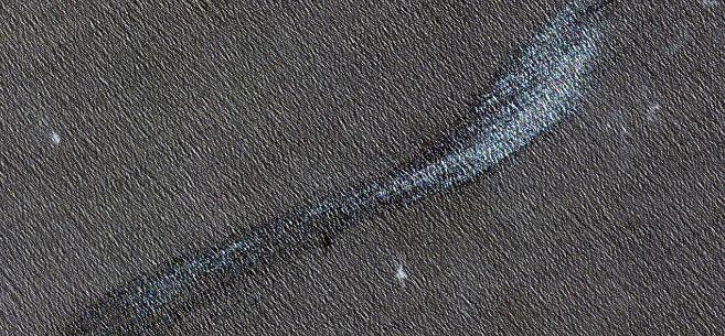 La mancha de fuel fotografiada el 18 de abril por el satélite...
