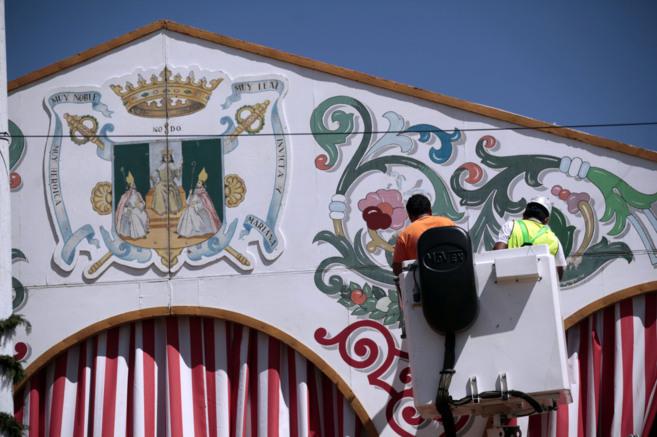 Un operario da los últimos retoques a la caseta del Ayuntamiento de...