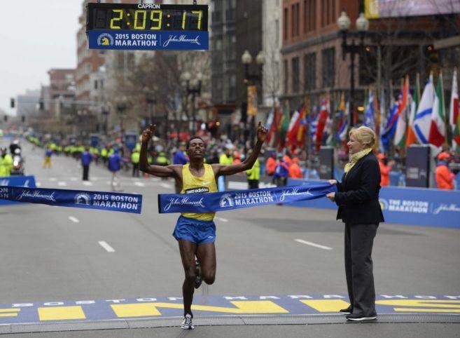 El etíope Lelisa Desisa, cruzando la línea de meta.