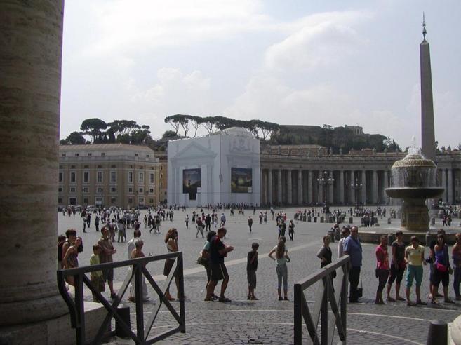 Obras de restauración en la plaza de San Pedro del Vaticano