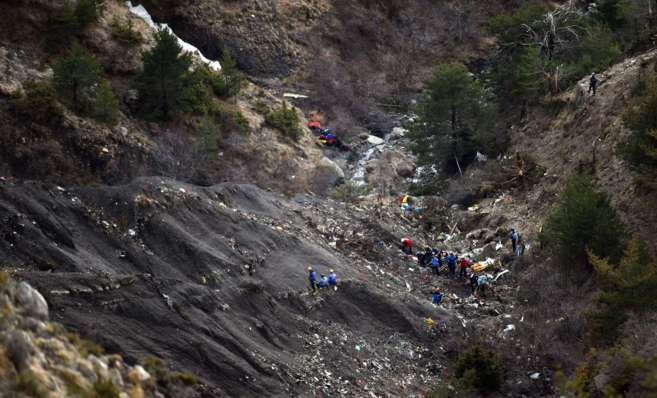 Los investigadores trabajan cerca de los escombros esparcidos en el...