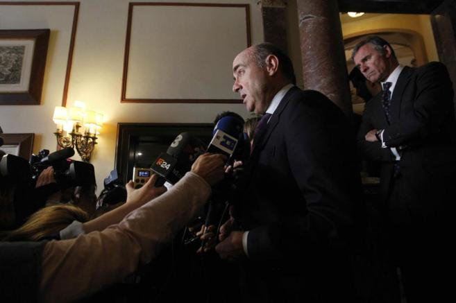 El ministro de Economía, Luis de Guindos, atiende a los medios en...