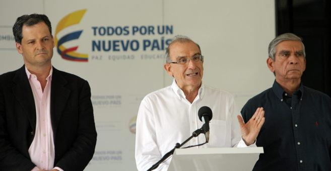 El jefe de la delegación de paz del Gobierno colombiano, Humberto de...