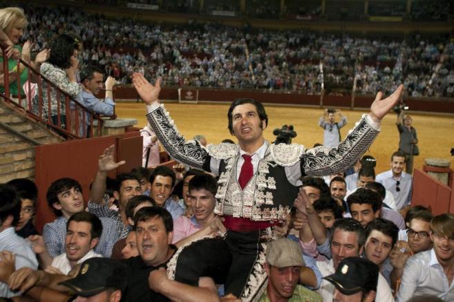 El matador de toros sevillano sale a hombros por la Puerta de los...