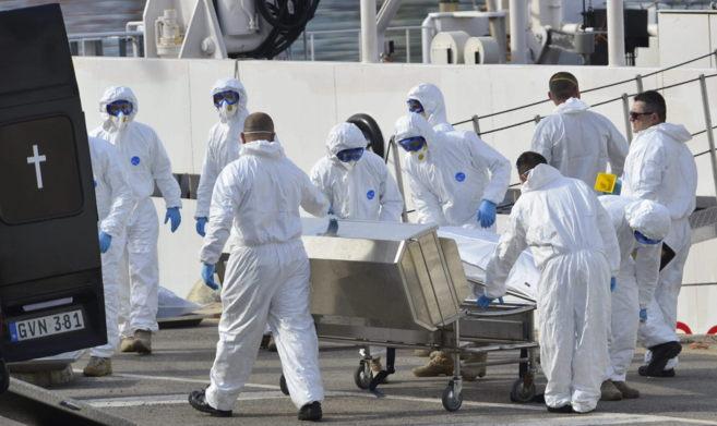 La Guardia Costera italiana desembarca 24 cadáveres del barco...